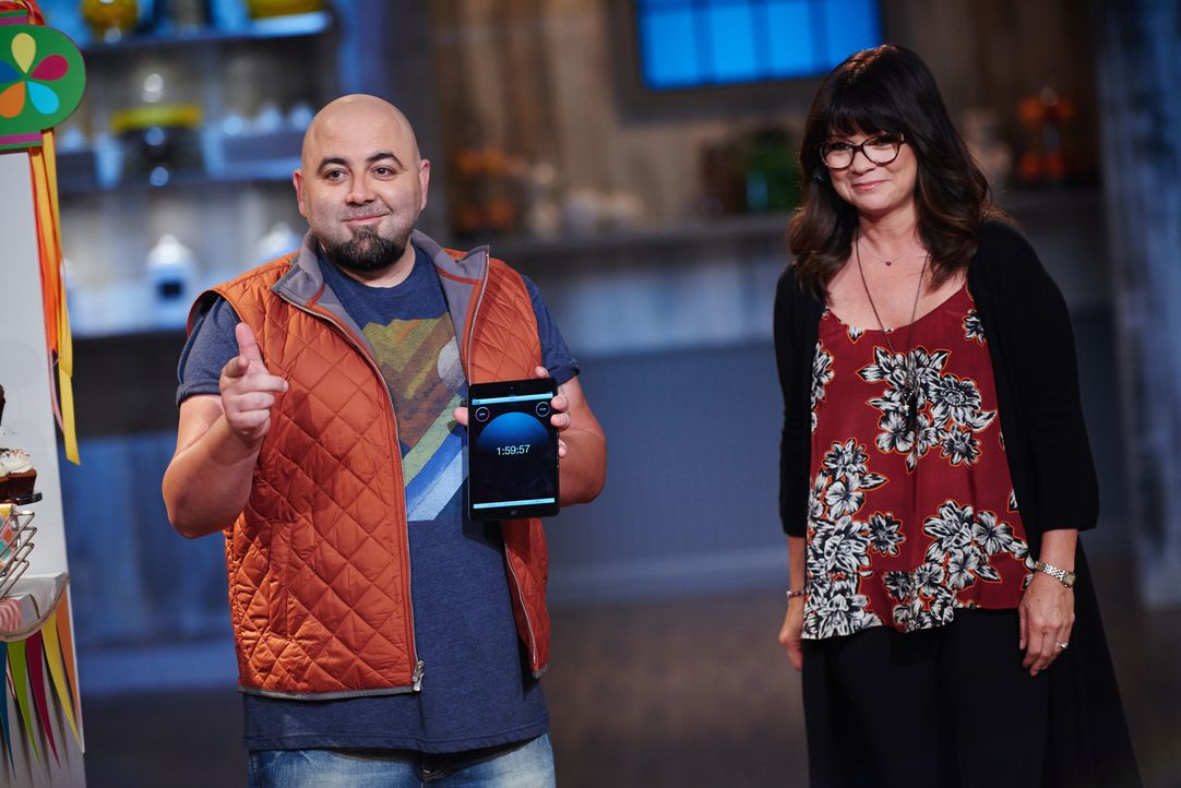 Stellen die kleinen Bäcker mit nicht ganz leichten Aufgaben vor einige Herausforderungen: Konditor Duff Goldman (l.) und Schauspielerin Valerie Bert... - Bildquelle: Eddy Chen 2014, Television Food Network, G.P. All Rights Reserved