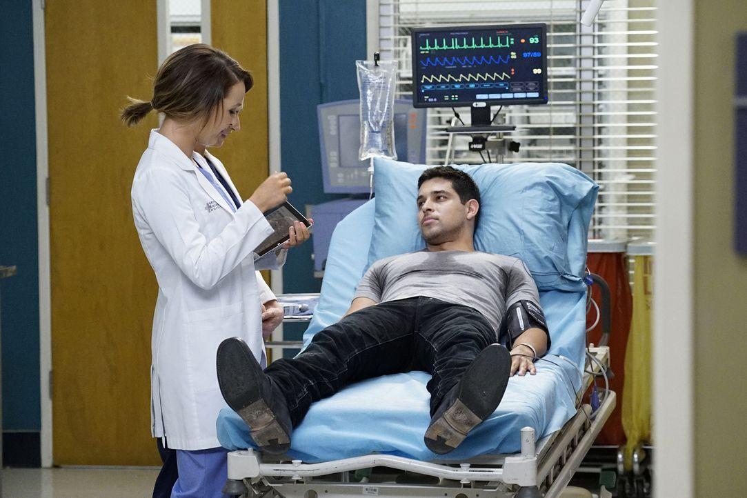 Kyle (Wilmer Valderrama, r.) wird erneut ins Krankenhaus eingeliefert. Während Jo (Camilla Luddington, l.) sich um ihn kümmert, bereut Stephanie, da... - Bildquelle: Kelsey McNeal ABC Studios