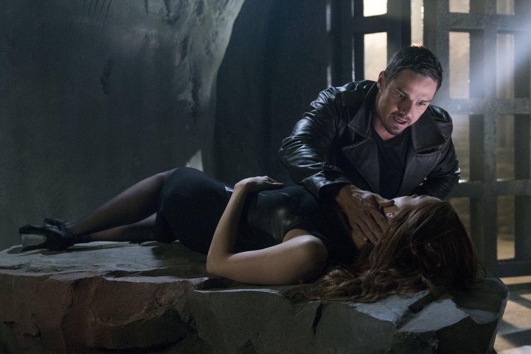 Cat und Vincent (Jay Ryan, oben) müssen sich zusammentun, um ihren Freund zu finden, während sich Tori (Amber Skye Noyes, unten) aus Eifersucht von... - Bildquelle: 2013 The CW Network, LLC. All rights reserved.