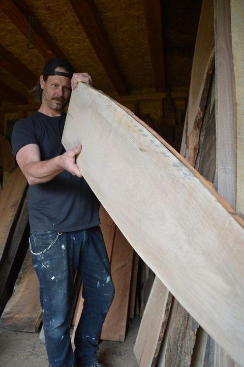 Für die Brückenkonstruktion im Eingangsbereich und die neue Küche sucht Steve (Bild) mit seiner Schwester Leanne ein helles Holz aus, das in einen w... - Bildquelle: 2017, Scripps Networks, LLC. All Rights Reserved.