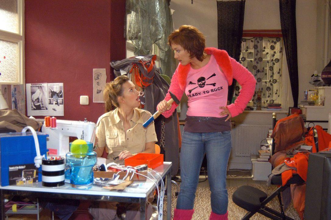 Hannah (Laura Osswald, l.) ist auf kreativem Höhenflug und richtet ein totales Chaos an. Yvonne (Bärbel Schleker, r.) nervt das ungeheuer. - Bildquelle: Noreen Flynn SAT.1 / Noreen Flynn