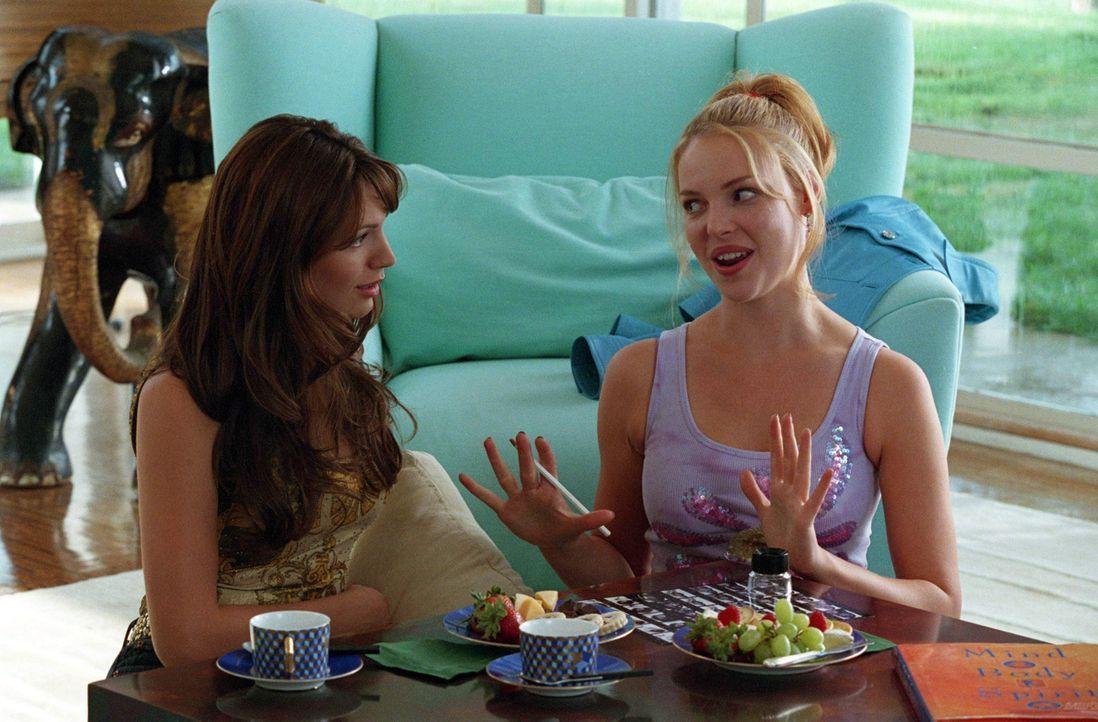 Romy (Katherine Heigl, r.) erzählt Linda (Kelly Brook, l.) von ihrem Plan, in Hollywood berühmt zu werden. Koste es , was es wolle ... - Bildquelle: Touchstone Television