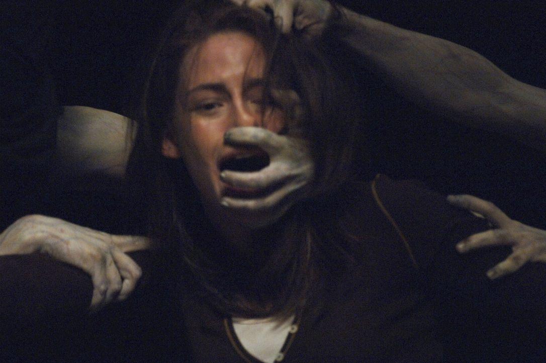 Niemand sieht sie, doch Jess (Kristen Stewart) wird von den unheimlichen Geistern angegriffen. Da macht sich das Mädchen daran zu entschlüsseln, w... - Bildquelle: 2005 GHP-3 SCARECROW, LLC.