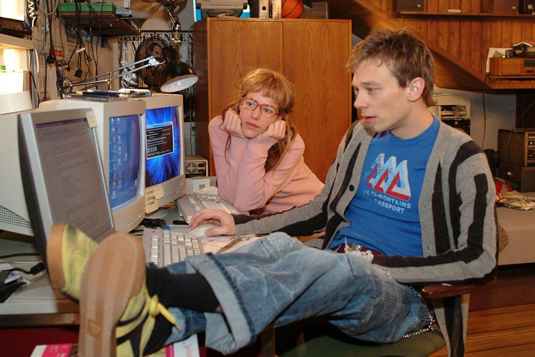 Lisa (Alexandra Neldel, hinten) und Jürgen (Oliver Bokern, vorne) machen sich an die Arbeit, Davids - Lisas Ansicht nach - genialen, aber völlig ung... - Bildquelle: Monika Schürle SAT.1 / Monika Schürle