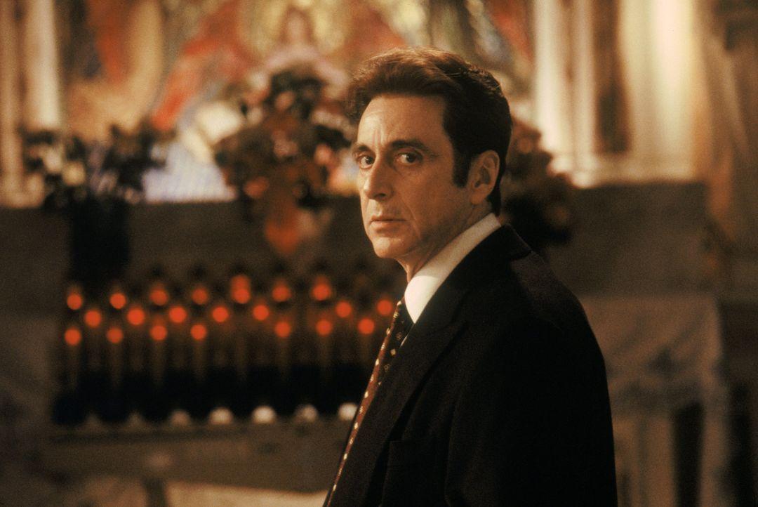 Langsam gerät der junge Anwalt Lomax in den Sog  John Miltons (Al Pacino). Er lässt sich auf die Gier nach Geld, Macht und Ruhm ein und merkt dabei... - Bildquelle: Warner Bros.