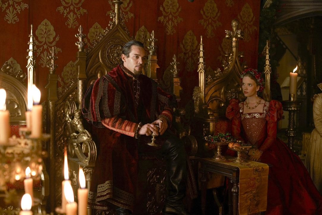 Das Weihnachtsfest am Hofe steht bevor und König Henry VIII. (Jonathan Rhys Meyers, l.) hat zum Entsetzen seiner jungen Frau (Tamzin Merchant, r.),... - Bildquelle: 2010 TM Productions Limited/PA Tudors Inc. An Ireland-Canada Co-Production. All Rights Reserved.