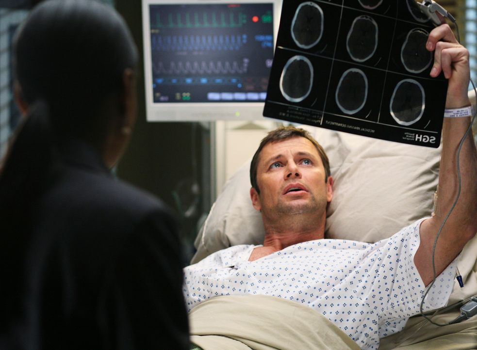 Während Archer (Grant Show, r.) sich von seiner OP erholt, hilft Addison Derek bei einer schwangeren Patientin ... - Bildquelle: ABC Studios