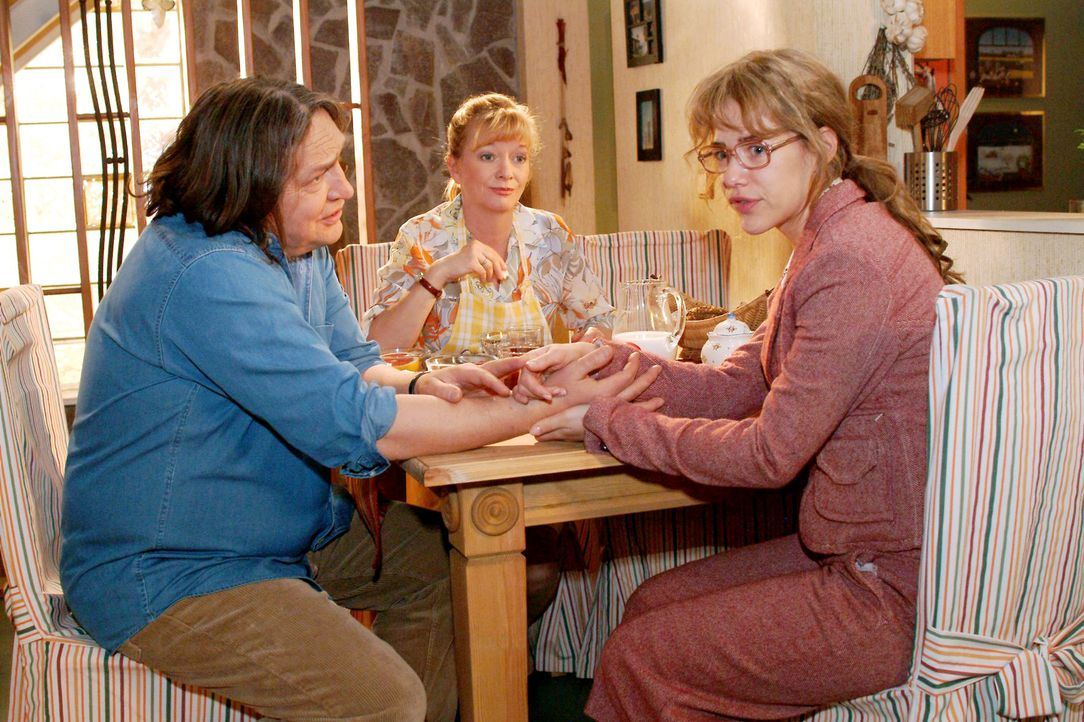 Lisa (Alexandra Neldel, r.) erfährt von Helga (Ulrike Mai, M.) und Bernd (Volker Herold, l.) vom gesundheitlichen Zustand ihres Vaters. (Dieses Foto... - Bildquelle: Monika Schürle SAT.1 / Monika Schürle