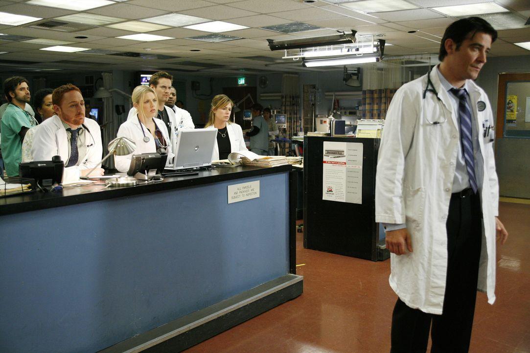 Als Luka Kovac (Goran Visnjic, r.) seine Kündigung zurück ziehen möchte, teilt Dr. Weaver allen mit, dass sie trotzdem das Krankenhaus verlassen... - Bildquelle: Warner Bros. Television