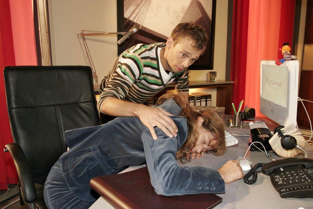 Jürgen (Oliver Bokern, l.) ist entsetzt, Lisa (Alexandra Neldel, r.) auf ihrem Schreibtisch schlafend vorzufinden. Eigentlich müsste sie jetzt an ei... - Bildquelle: Noreen Flynn SAT.1 / Noreen Flynn