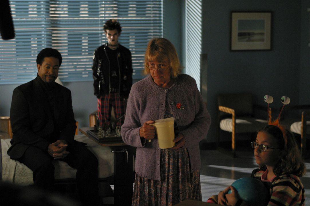 Joan ist mittlerweile völlig verzweifelt ist, weil sie glaubt, dass sie Gott (Kathryn Joosten, 2.v.r., Jeffrey Licon, 2.v.l., John Marshall Jones,... - Bildquelle: Sony Pictures Television