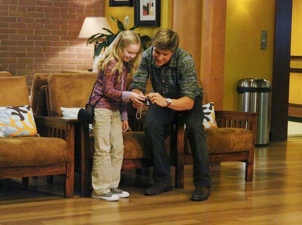 Die kleine Gracie (Darcy Rose Byrnes, l.) ahnt noch nicht, wie schlecht es um sie steht. Dell (Chris Lowell, r.), der ihr Schicksal kaum fassen kann... - Bildquelle: ABC Studios