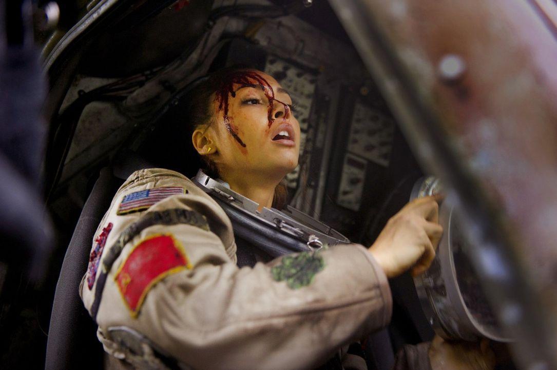 Kann Raven (Lindsey Morgan) die Menschen auf dem Raumschiff auch ohne Funkgerät erreichen, um ihnen klarzumachen, dass die Erde wieder bewohnbar ist? - Bildquelle: Warner Brothers