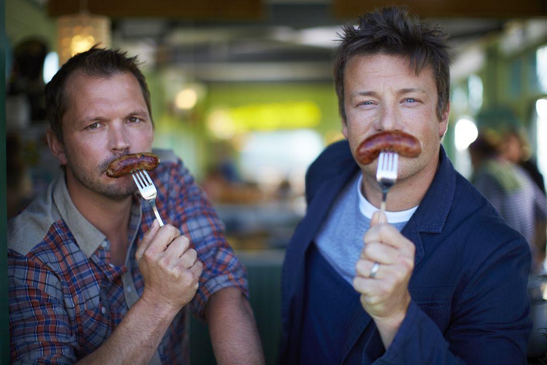 Jamie Oliver (r.) und Jimmy Doherty (l.) brechen gemeinsam auf zu neuen kulinarischen Ufern und durchqueren dabei ganz Europa. Im Gepäck haben sie K... - Bildquelle: David Loftus David Loftus 2014