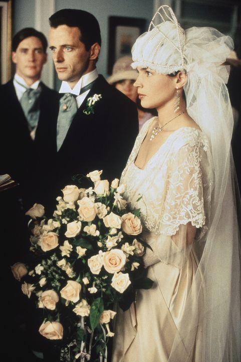 Nach langem Werben kann Alfred (Aidan Quinn, l.) seine geliebte Susannah (Julia Ormond, r.) zum Traualtar führen. Doch ihre Ehe steht unter keinem... - Bildquelle: TriStar Pictures