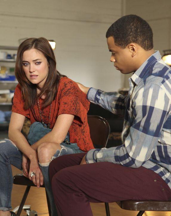 Erin (Jessica Stroup, l.) ist noch immer am Boden zerstört. Warum hat ihre Leihmutter nur das Baby verloren? Dixon (Tristan Wilds, r.) versucht sie... - Bildquelle: TM &   CBS Studios Inc. All Rights Reserved