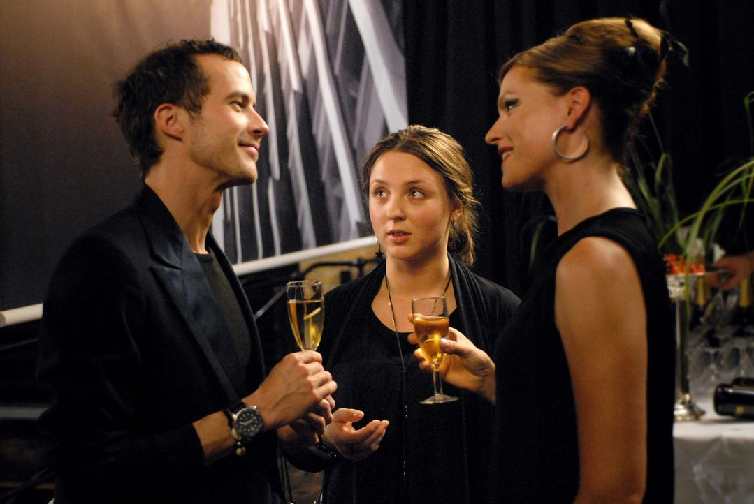 So hat sich Bella (Viktoria Gabrysch, M.) das nicht vorgestellt: Ihre Chefin Katja (Nina Kronjäger, r.) klaut nicht nur ihre Modeentwürfe, sondern a... - Bildquelle: Reiner Bajo ProSieben