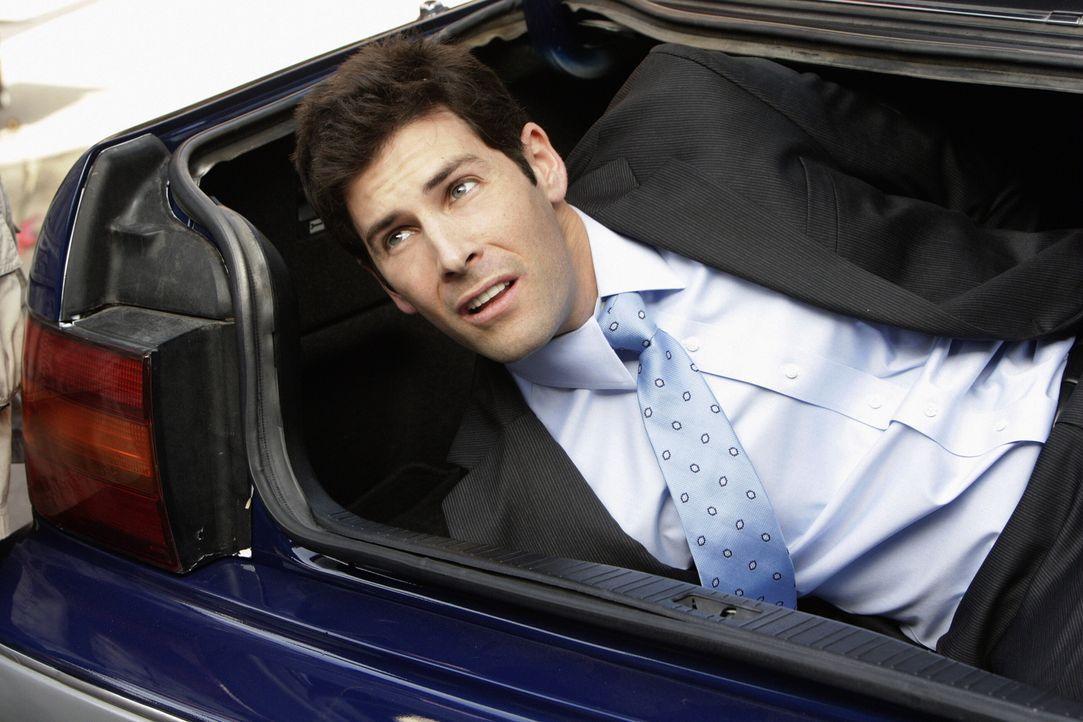 Überfallen und entführt: Der junge Staatsanwalt Josh (Jordan Belfi) wird von einem Drogenbaron brutal gefangen genommen und an einem entlegenen Ort... - Bildquelle: Warner Brothers