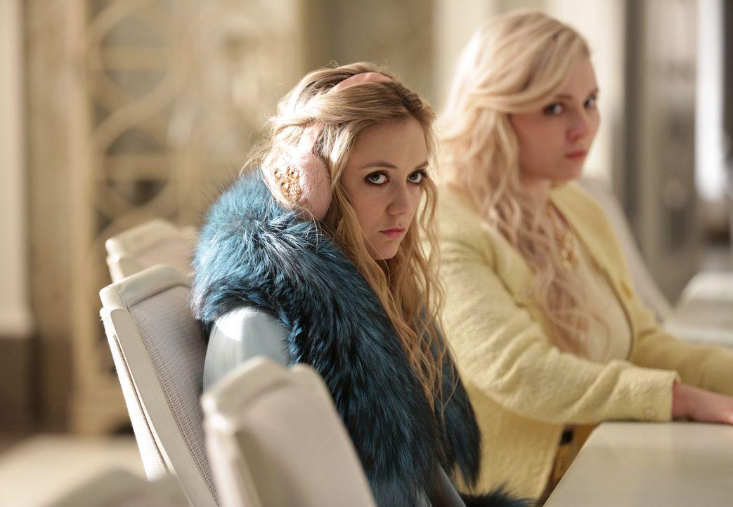Chanel #3 (Billie Lourd, l.) und Chanel #5 (Abigail Breslin, r.) versuchen verzweifelt, Zayday als Mörderin zu überführen, während Grace glaubt, das... - Bildquelle: 2015 Fox and its related entities.  All rights reserved.