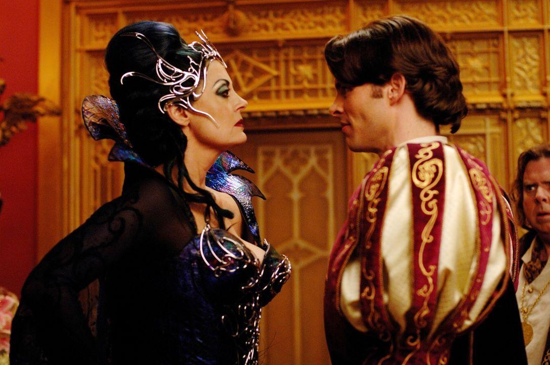 Ist entsetzt über die Heiratspläne ihres Stiefsohnes (James Marsden, r.): Königin Narissa (Susan Sarandon, l.). Doch schon bald findet sie die Lösun... - Bildquelle: Barry Wetcher Disney. All rights reserved