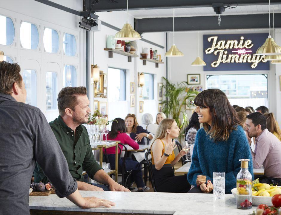 Jimmy Doherty (l.); Claudia Winkleman (r.) - Bildquelle: Steve Ryan 2019 Jamie Oliver Enterprises Ltd. / Steve Ryan