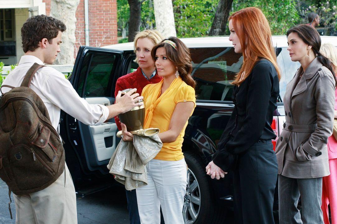 Dave bittet Edies Freundinnen, Edies Asche zu ihrem Sohn zu bringen. Bree (Marcia Cross, 2.v.r.), Gabrielle (Eva Longoris, M.), Lynette (Felicity Hu... - Bildquelle: ABC Studios