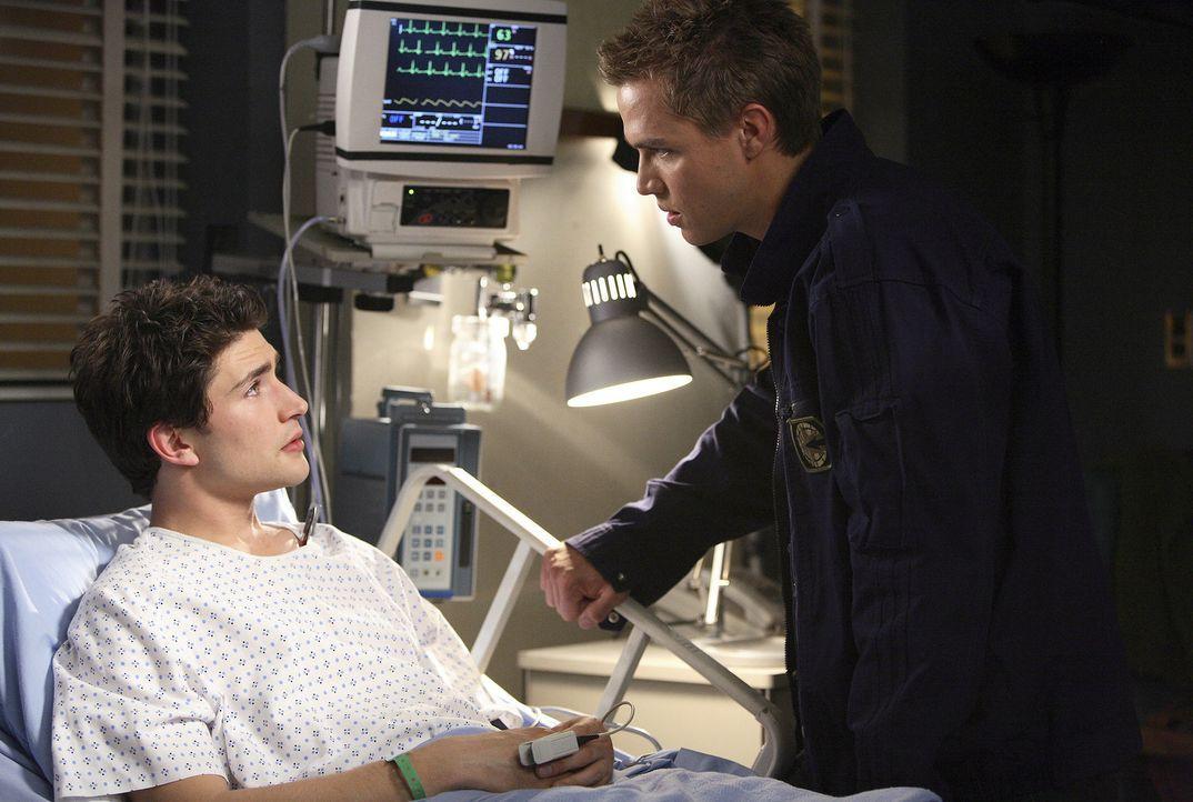 Nachdem Kyle (Matt Dallas, l.) auf dem Rummelplatz zusammengebrochen ist, macht sich Declan (Chris Olivero, r.) große Sorgen um ihn ... - Bildquelle: TOUCHSTONE TELEVISION