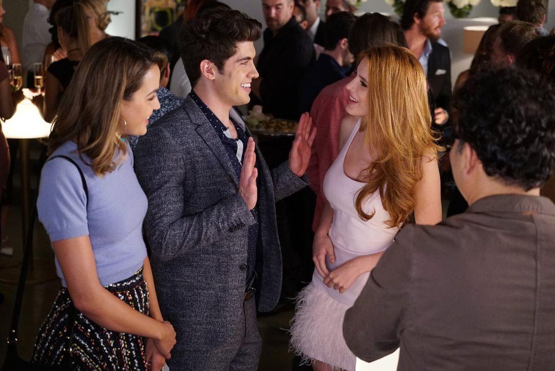 Im Glauben, sie würde mit ihm proben, geht Paige (Bella Thorne, r.) zusammen mit Cassie (Georgie Flores, l.) zu Rainer (Carter Jenkins, M.). Doch da... - Bildquelle: Warner Bros.