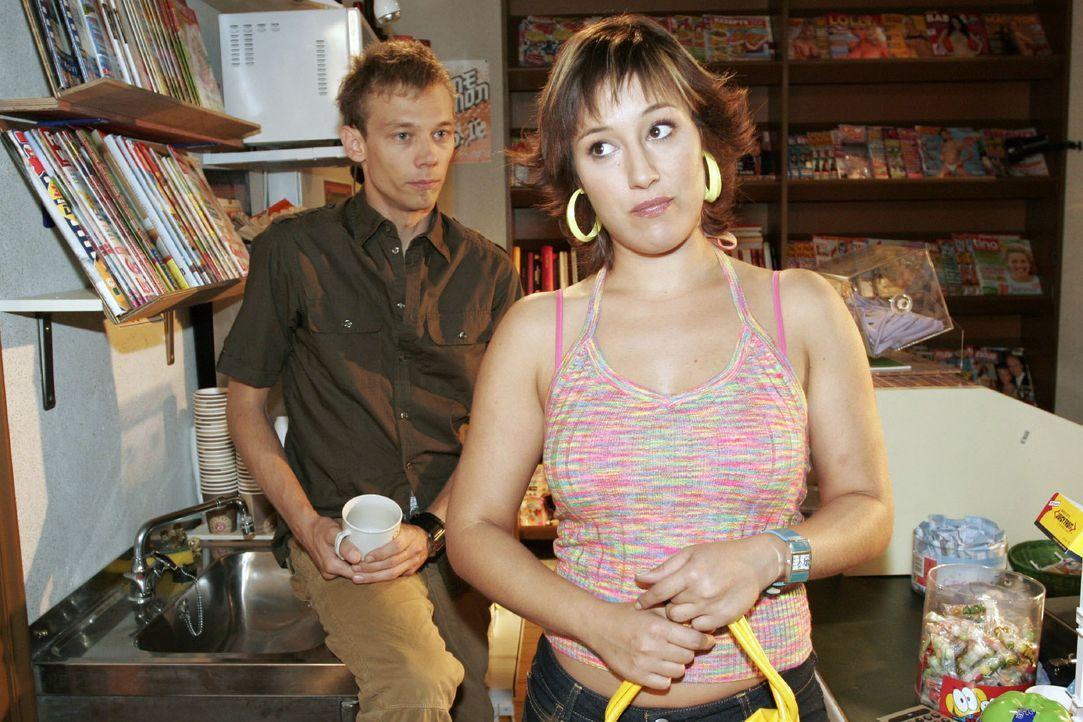 Yvonne (Bärbel Schleker, r.) ist sprachlos angesichts dessen, was Jürgen (Oliver Bokern, l.) ihr über seine Nacht mit Lisa berichtet ... - Bildquelle: Noreen Flynn SAT.1 / Noreen Flynn