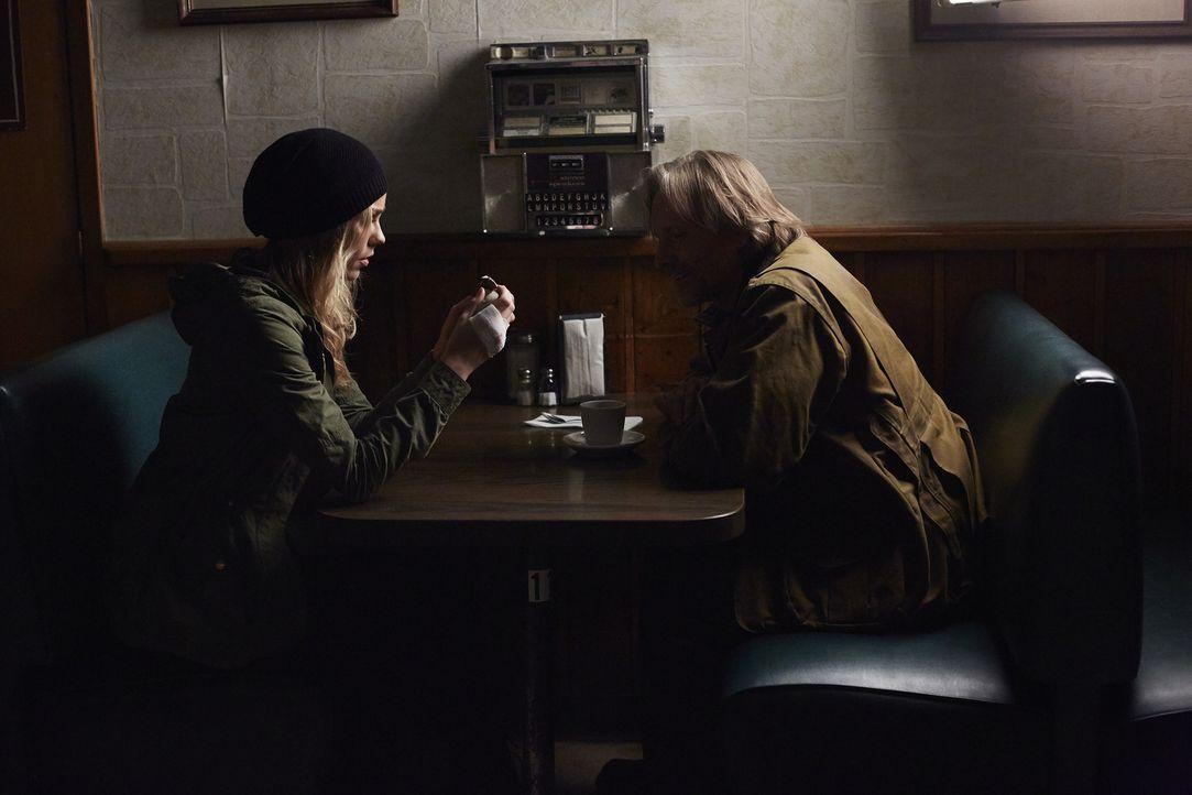 Elena (Laura Vandervoort, l.) lässt sich auf ein Treffen mit Sasha (John Ralston, r.) ein, in der Hoffnung Antworten zu bekommen ... - Bildquelle: 2016 She-Wolf Season 3 Productions Inc.