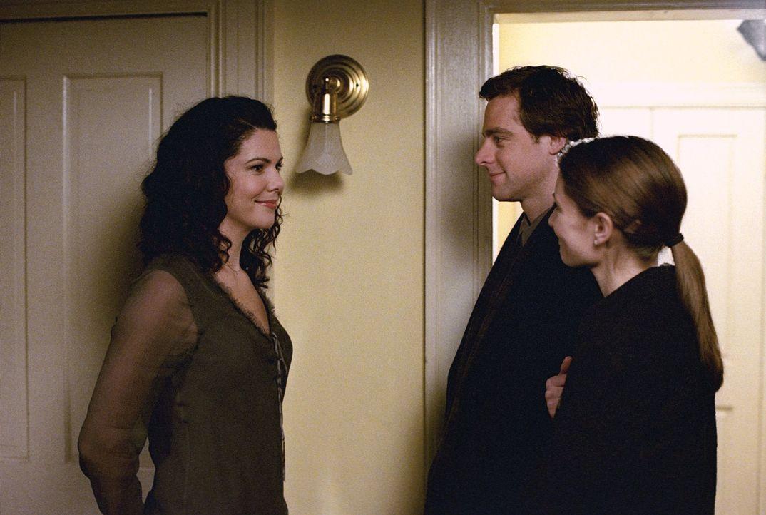 Christopher (David Sutcliffe, M.) und seine Freundin Sherry (Mädchen Amick, r.) kommen nach Stars Hollow und während sich Sherry nur für Rory intere... - Bildquelle: 2001 Warner Bros. Entertainment, Inc.