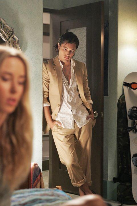 Oscar (Blair Redford, r.) sieht seine Chance gekommen, sich an Ivy Sullivan (Gillian Zinser, l.) heranzumachen ... - Bildquelle: TM &   CBS Studios Inc. All Rights Reserved