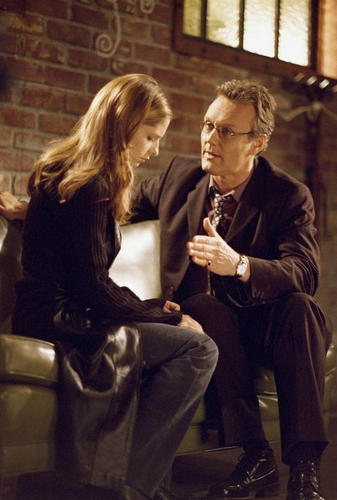 Giles (Anthony Stewart Head) macht seine Ankündigung wahr und kehrt nach England zurück: Der Moment ist gekommen, sich von Buffy (Sarah Michrlle Gel... - Bildquelle: TM +   Twentieth Century Fox Film Corporation. All Rights Reserved.