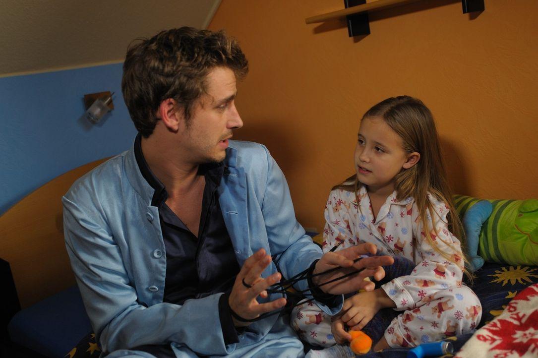 Nur Kinder und Tiere können Engel sehen und verstehen. Die kleine Nina (Chantal Hourticolon, r.) setzt all ihre Hoffnungen auf Uriel (Max von Thun,... - Bildquelle: SAT.1