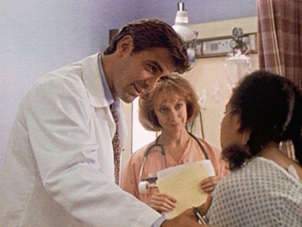 Dr. Ross (George Clooney, l.) kann mit sich zufrieden sein: Er konnte bei einer Frühgeburt Mutter und Kind retten. - Bildquelle: TM+  WARNER BROS.