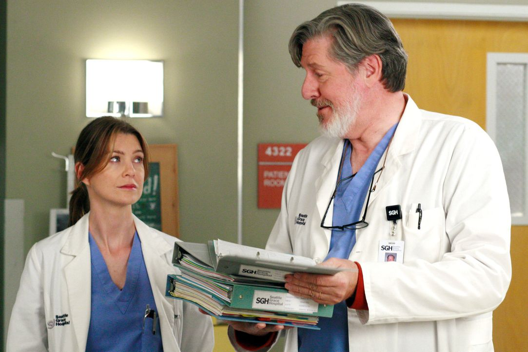 Da Meredith (Ellen Pompeo, l.) mit Alex einen Deal eingegangen ist, muss sie sich nun um dessen Assistenzarzt Norman (Edward Herrmann, r.) kümmern... - Bildquelle: Touchstone Television