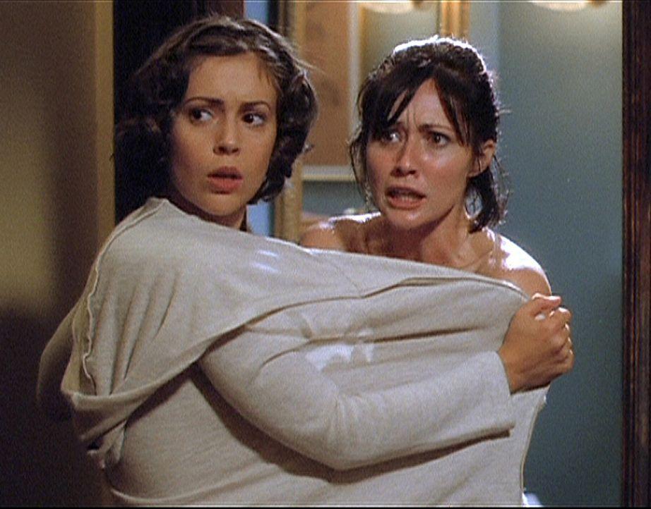 Prue (Shannen Doherty, r.) und Phoebe (Alyssa Milano) sind entsetzt. Wen hat Piper da mit nach Hause gebracht. Ist es wirklich ein Geist, wie sie be... - Bildquelle: Paramount Pictures