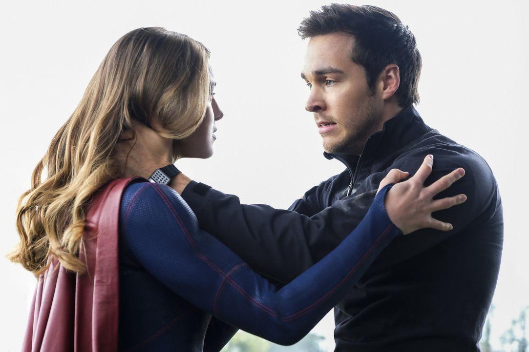 Auf Supergirl (Melissa Benoist, l.) und Mon-El (Chris Wood, r.) kommen schwere Zeiten zu, da sie Rhea den Kampf ansagt, um National City zu beschütz... - Bildquelle: 2016 Warner Brothers