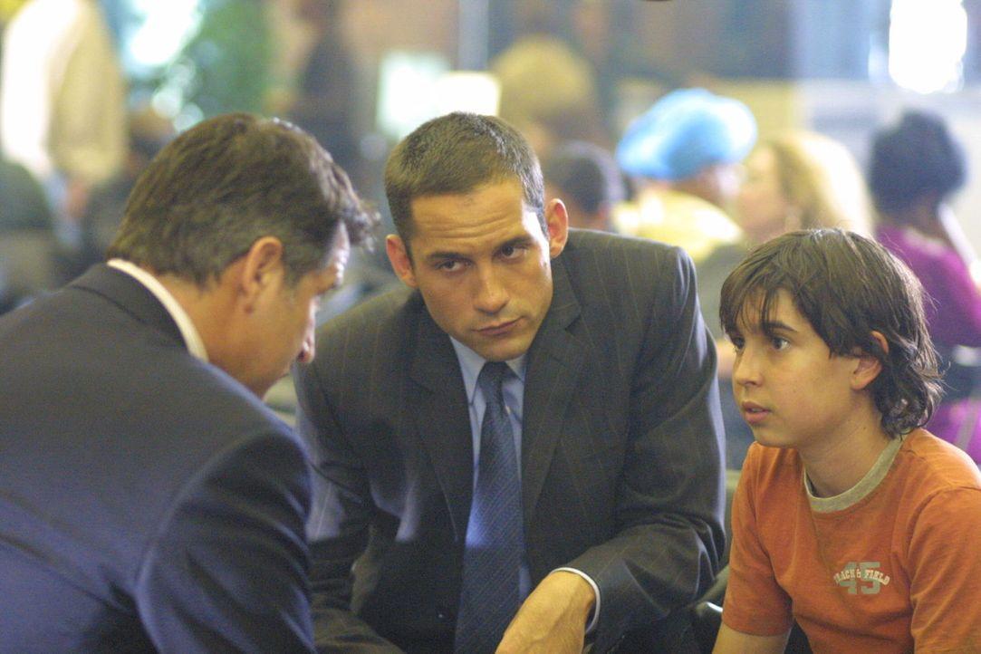 Nach vielen mühseligen Recherchen gelingt es FBI-Agent Danny Taylor (Enrique Murciano, M.) und Detective Jack Malone (Anthony LaPaglia, l.) einen Ju... - Bildquelle: Warner Bros. Entertainment Inc.