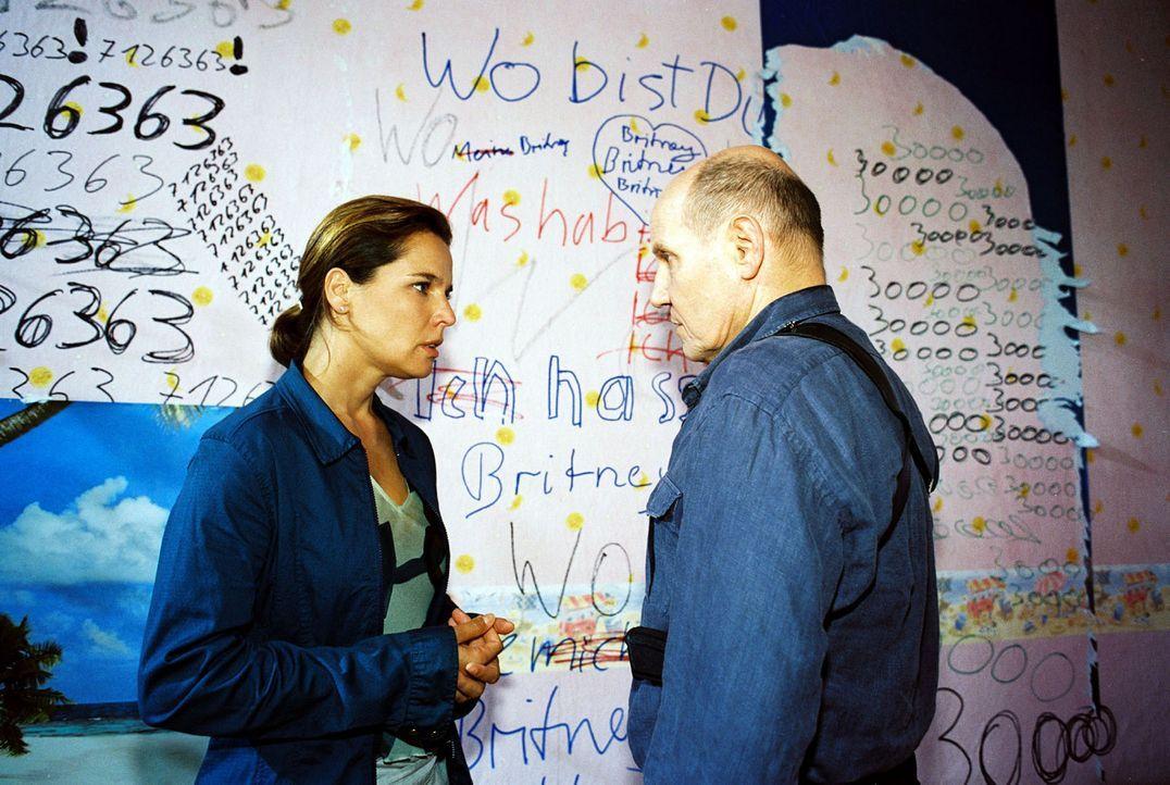 Katja (Désirée Nosbusch, l.) und Merten (Jürgen Schornagel, r.) finden Hinweise in Nicoles Wohnung. - Bildquelle: Sat.1