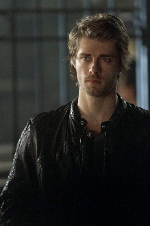 Selbst nachdem Roger wieder von den Toten auferstanden ist, kann John (Luke Mitchell) seine Schuldgefühle nicht abstellen ... - Bildquelle: Warner Bros. Entertainment, Inc