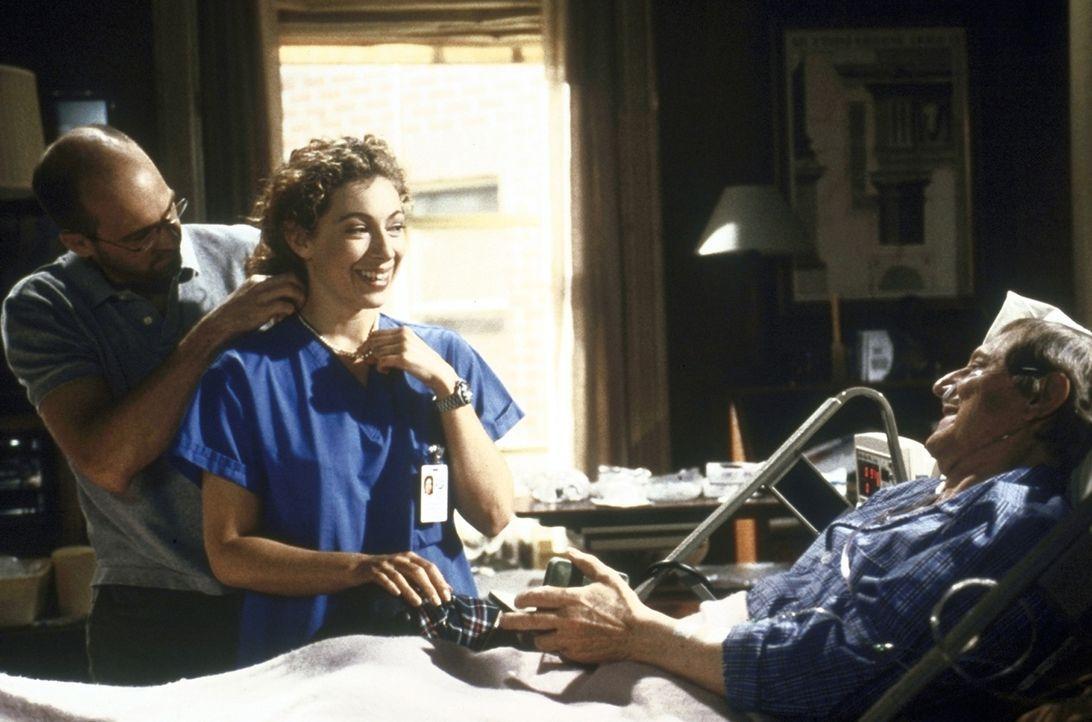 Greene (Anthony Edwards, l.) legt Corday (Alex Kingston, M.) eine Halskette an, die sie  von Greenes Vater David (John Cullum, r.) geschenkt bekomme... - Bildquelle: TM+  2000 WARNER BROS.