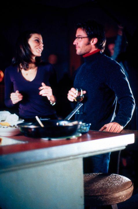 Zwischen Lydia (Heather Paige Kent, l.) und ihrem Professor Jeff Cahill (Dan Cortese, r.) bahnt sich so langsam etwas an, doch Jeff macht ihr bald k... - Bildquelle: CBS Television