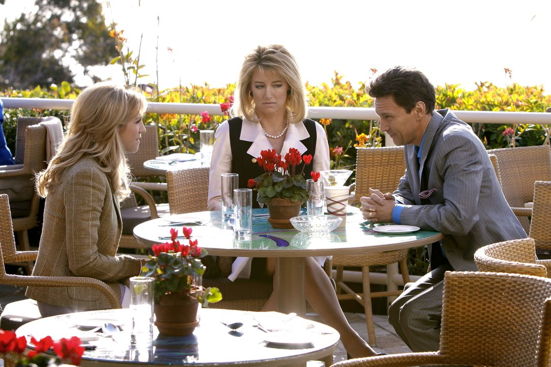 Rückblende: Ein unfreiwilliges Treffen: Lily (Brittany Snow, l.) und ihren geschiedenen Eltern CeCe (Cynthia Watros, M.) und Rick (Andrew McCarthy,... - Bildquelle: Warner Brothers
