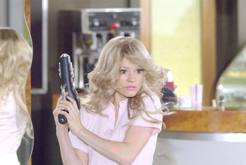Alice (Leisha Hailey) ist bereit für die Mission - solange dieser nicht ihre Frisur ruiniert... - Bildquelle: Metro-Goldwyn-Mayer Studios Inc. All Rights Reserved.