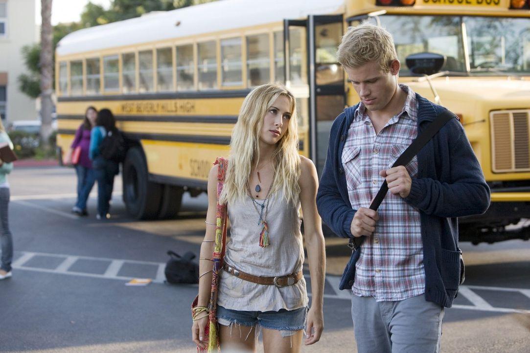 Ivy (Gillian Zinser, l.) versucht Teddy (Trevor Donovan, r.) auszuhorchen, um ihre Chancen bei Liam zu erfahren... - Bildquelle: TM &   CBS Studios Inc. All Rights Reserved