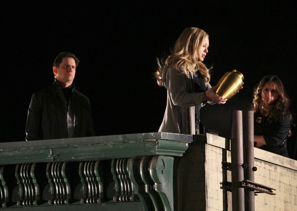 Eli (Jamie Kennedy, l.) und Melinda (Jennifer Love Hewitt, r.) helfen Morgan (Hilary Duff, M.) dabei, endgültig Abschied von ihrem Mann zu nehmen ... - Bildquelle: ABC Studios