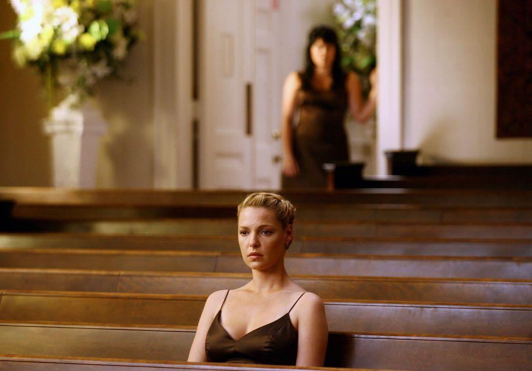Izzie (Katherine Heigl, vorne) gesteht George ihre ganze Liebe, doch er ist nach  wie vor wie gelähmt und gibt Callies (Sara Ramirez, hinten) Drän... - Bildquelle: Touchstone Television