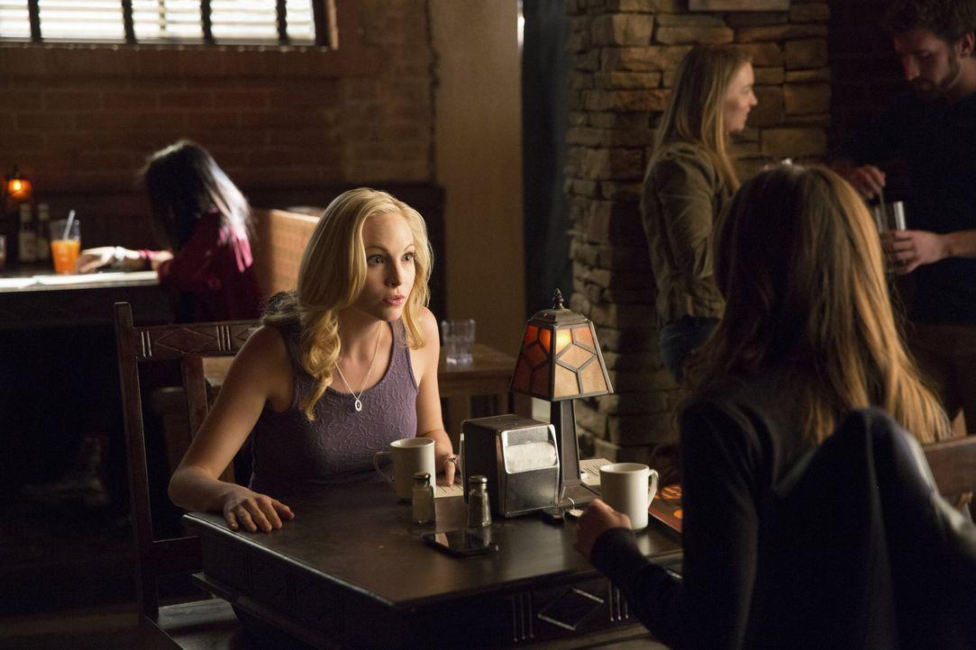 Frauengespräch zwischen Caroline und Elena - Bildquelle: Warner Bros.Entertainment Inc.