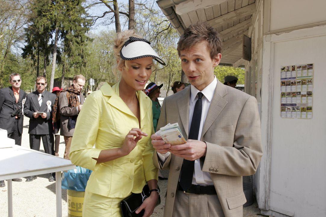 Jürgen (Oliver Bokern, r.) lässt sich darauf ein, Sabrina (Nina-Friederike Gnädig, l.) Geld für ihre ganz sichere Wette zu leihen. - Bildquelle: Noreen Flynn SAT.1 / Noreen Flynn